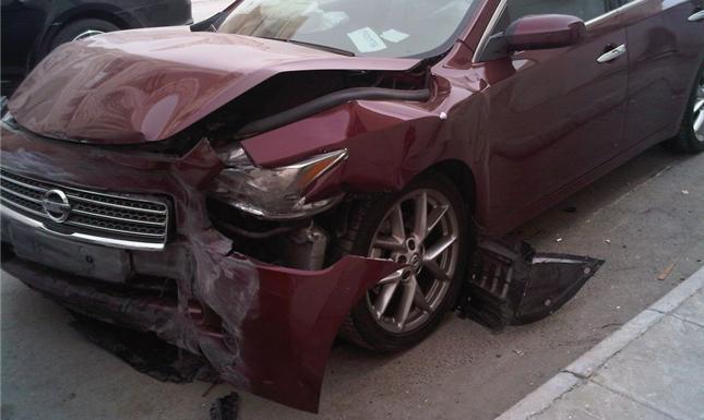 إصابة 3 أشخاص بانقلاب سيارة