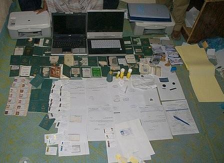 مداهمة معمل للوثائق الحكومية المزورة بحي البطحاء